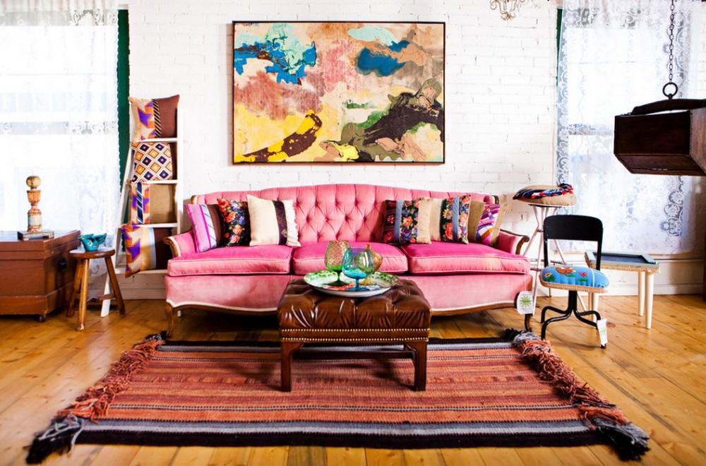 гостиная в стиле бохо с ярким диваном