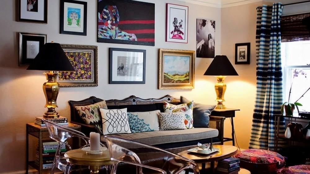 интерьер в стиле эклектика с антикварным диваном