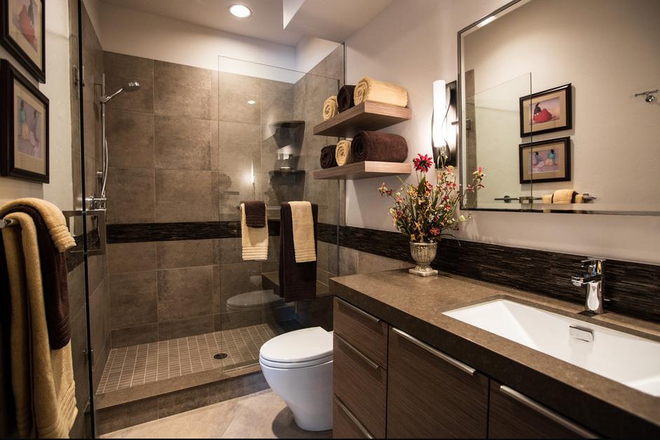 коричневая ванная комната с деревянной мебелью