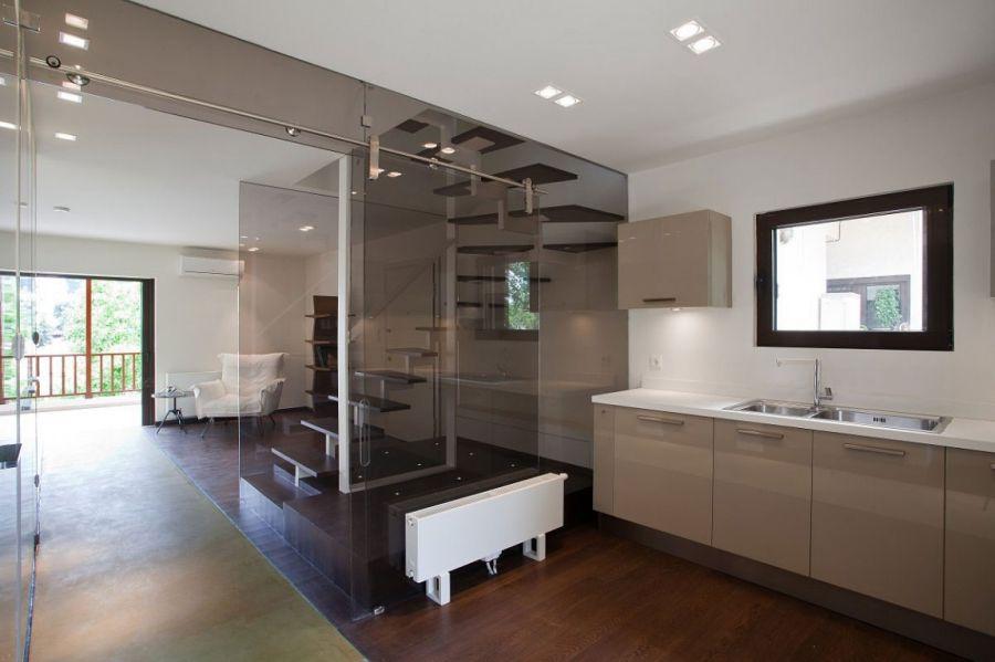 кухня-студия со стеклянной перегородкой