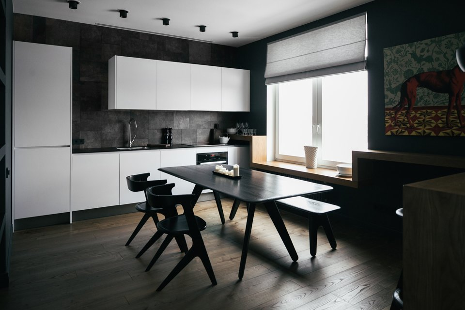 кухня в стиле минимализм с римскими жалюзи