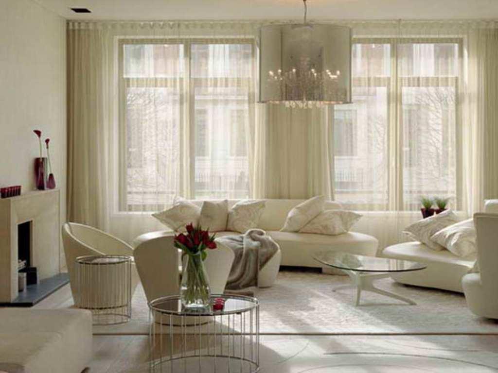 небольшая гостиная с прозрачными шторами