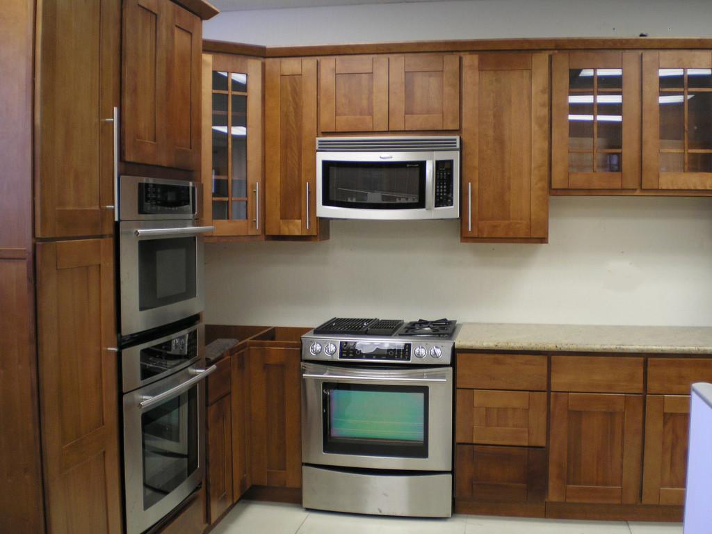 небольшая кухня со встроенной техникой