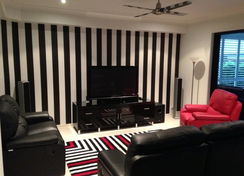 небольшая квадратная гостиная с вертикальными полосами