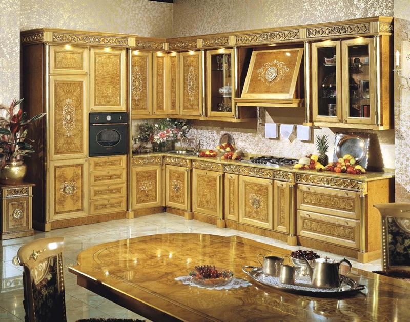 позолоченная кухня в стиле ампир со столом по центру