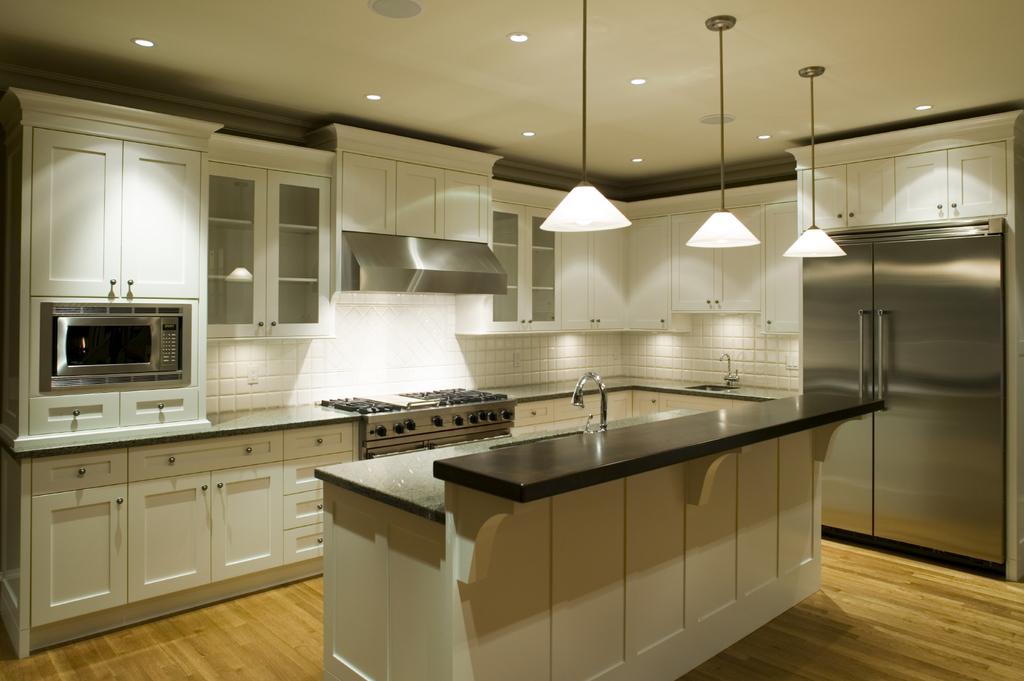 угловая кухня с освещенной рабочей поверхностью