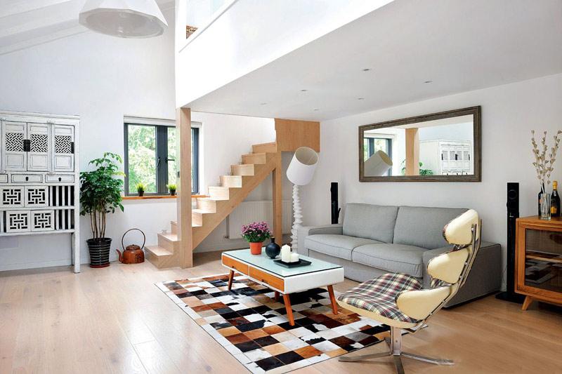 дизайн гостиной в частном доме с лестницей