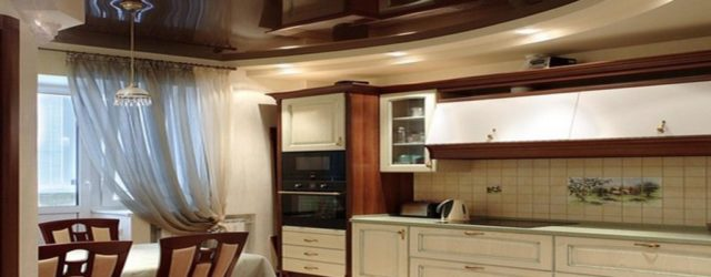 глянцевый черный потолок на кухне