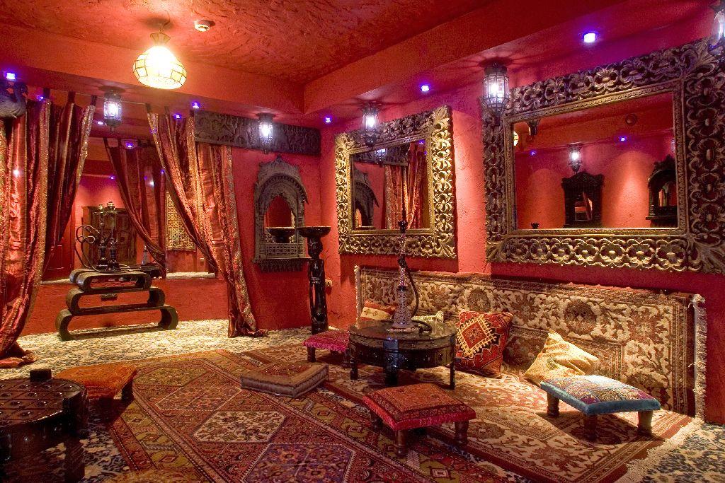 гостиная в восточном стиле с кальяном