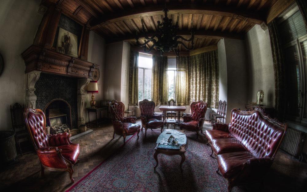 интерьер в готическом стиле с камином