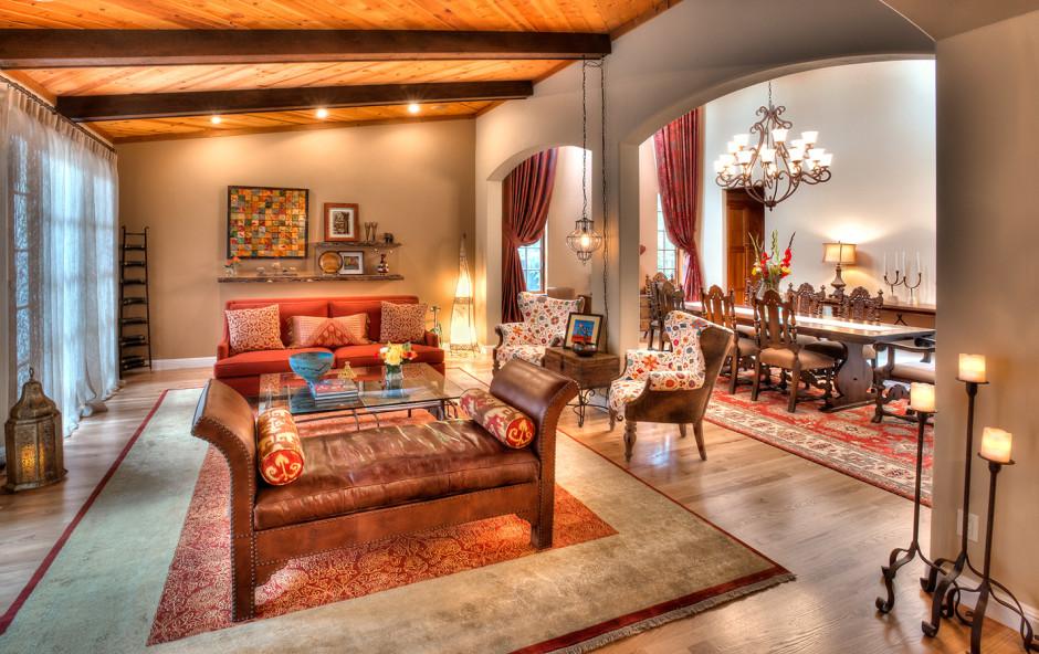 интерьер в марокканском стиле с разноуровневым освещением