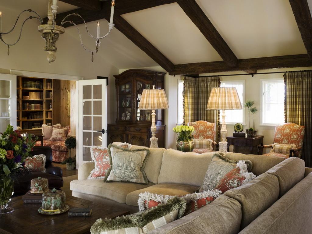 интерьер в стиле прованс с деревянными балками на потолке