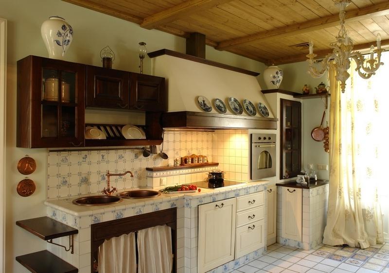 кухня в русском стиле с декоративной посудой