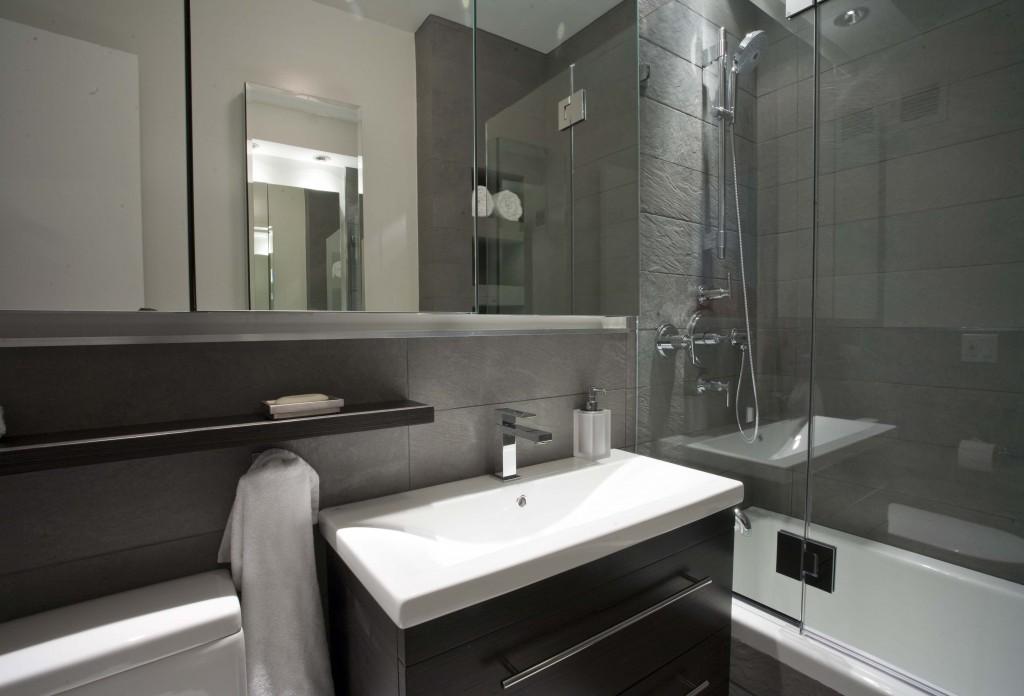 небольшая ванная с душевой кабинкой