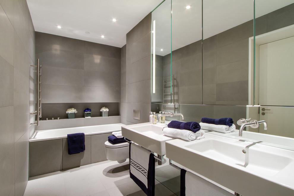 небольшая ванная с зеркалом