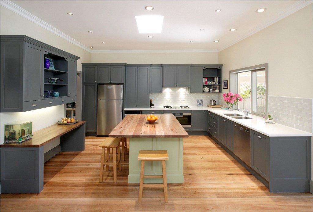 традиционный белый потолок на кухне
